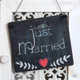 Just Married Schild aus Holz im Tafeldesign mit der Aufschrift Just Married. Zu haben bei Shabbyflair im Onlineshop