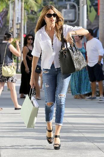 """Modern Family dizisiyle kariyerinin en parlak günlerini yaşayan Sofia Vergara önceki gün Beverly Hills'te alışveriş yaparken objektiflere takıldı. """"Yırtık kot"""" modasına uyan 42 yaşındaki yıldızın üzerindeki beyaz gömlek de ilgi çekti. Vergara'nın gömlek düğmelerini kapatmamış olması da dikkatlerden kaçmadı. Gömleğinin açık kalar düğmeleri yüzünen iç çamaşırı da görünen Sofia Vergara, alışverişin ardından kuaförünün yolunu tuttu."""