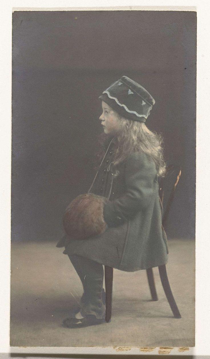 Portret van een meisje met een muts en mof op  een stoel, anoniem, 1890 - 1910