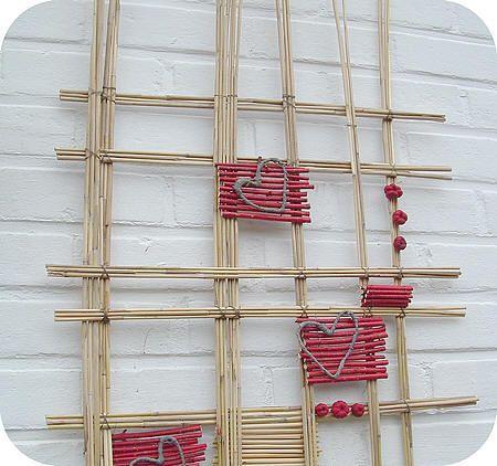 valentijn muurdecoratie maken met miscanthus, rode cornus, binddraad, bloemistendraad, raffia,...