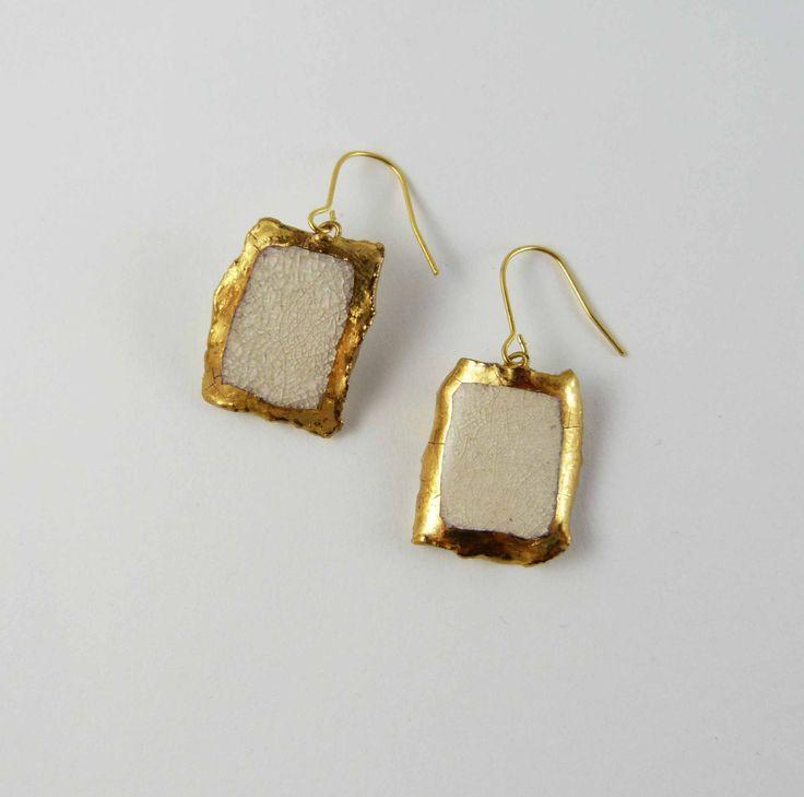 Ceramic earrings, cracked white rectangle with gold. Boucles d'oreilles céramique, rectangle blanc craquelé avec or. de la boutique Tanaart sur Etsy