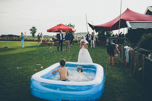 Een badje in de zomer doet het goed bij de kinderen! Niet vergeten op de uitnodiging te zetten dat ze een zwembroekie meenemen. // Fotograaf: Elinoor Veldman