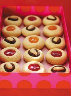 Recette de biscuits clin d'oeil au chocolat et aux amandes de Ricardo. Recette de dessert avec amandes, sucre à glacer, vanille, oeuf, beurre...Remplacez le chocolat par de la confiture au choix.