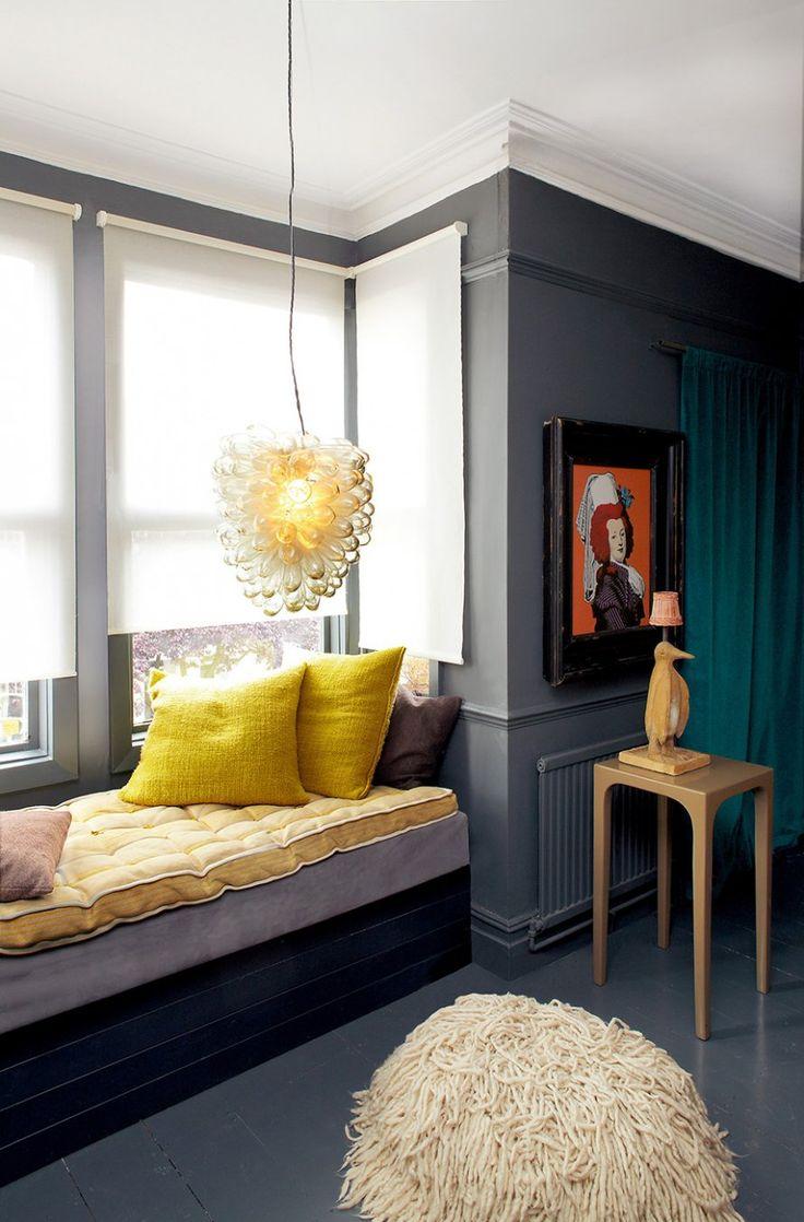Un coin lecture qui illumine le salon gris - Marie Claire Maison