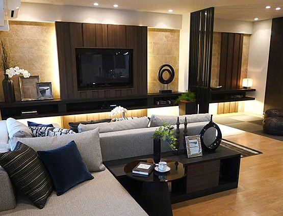 L214 TVボードの存在感 リビングの中心に存在感のあるTVボード。ローテーブルとラグマットが、シアターコーナーのような広がりを演出。