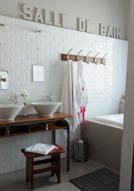 Salle de bain rétro en carrelage métro... Très sympa, l'ancien bureau d'écolier recyclé en meuble vasque.