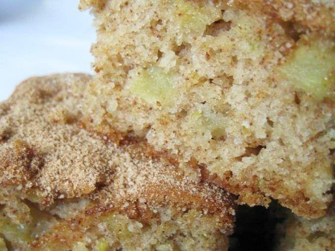 Untar e enfarinhar uma fôrma média (23×35), ou forrar com papel manteiga. Reservar. - Receita Outro : Bolo de maçã com casca de Pam B