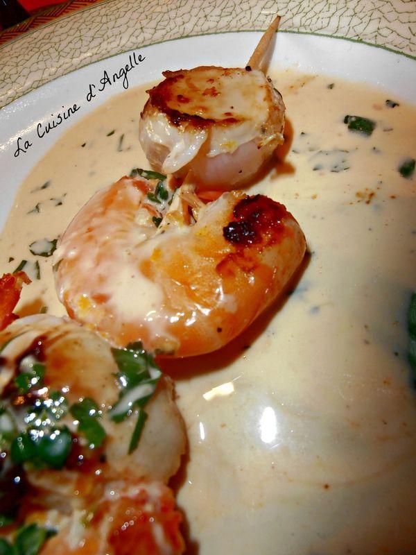 Brochettes de crevettes et noix de St Jacques au beurre crémeux persillé