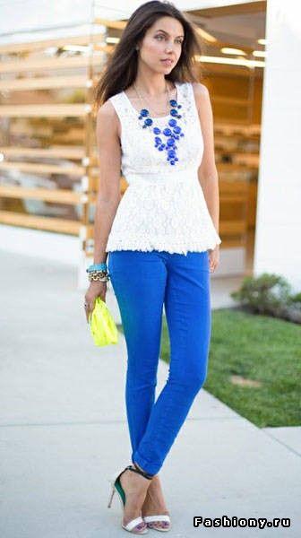 Образ с цветными джинсами