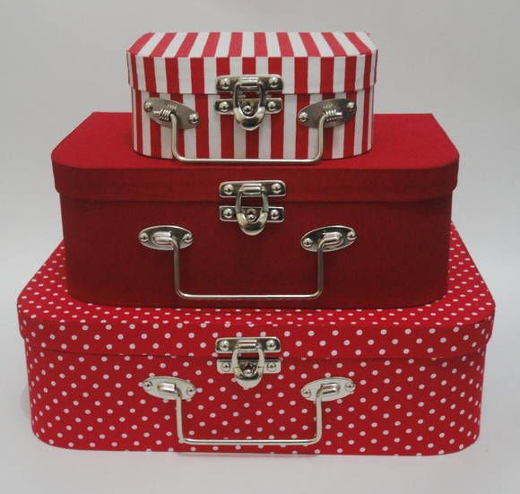 Conjunto de 3 maletas forradas com tecido 100% algodão. Várias estampas, consulte nossas opções. Fecho e alça em metal. Obs.: fechos e alças podem variar de acordo com a disponibilidade em estoque. Tamanhos: Grande: 30x20x9cm Média: 25x15x9cm Pequena: 15x11x6cm R$ 224,00
