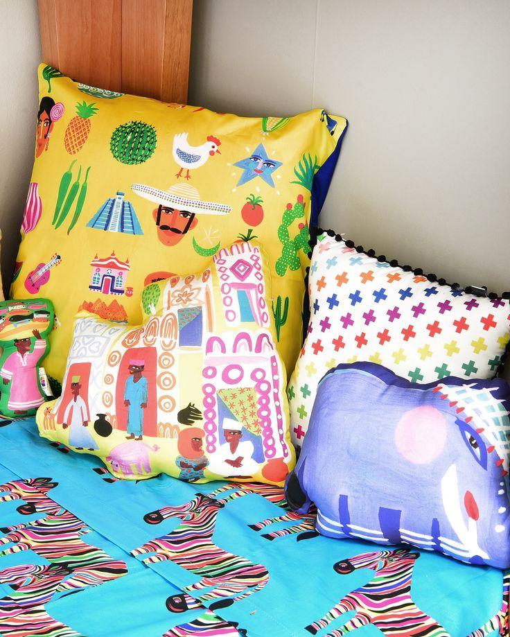 Quarto safari @amomooui e @mimootoysndolls. Roupa de cama na estampa Zebra e almofadas coloridas da MOOUI. #decoration #boysroom #quartodemenino #home #quartodebebe #nursery #modern #beautiful #safari