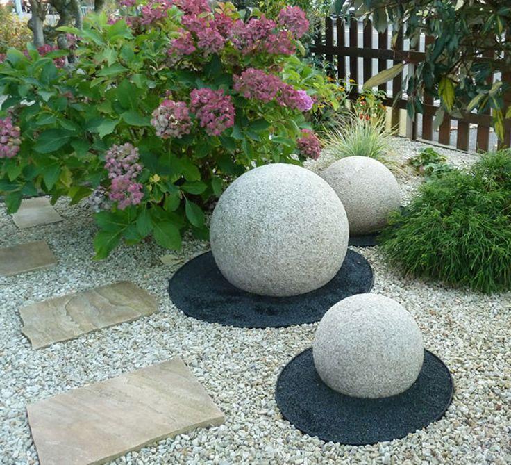 Цветники с камнями и шарами фото