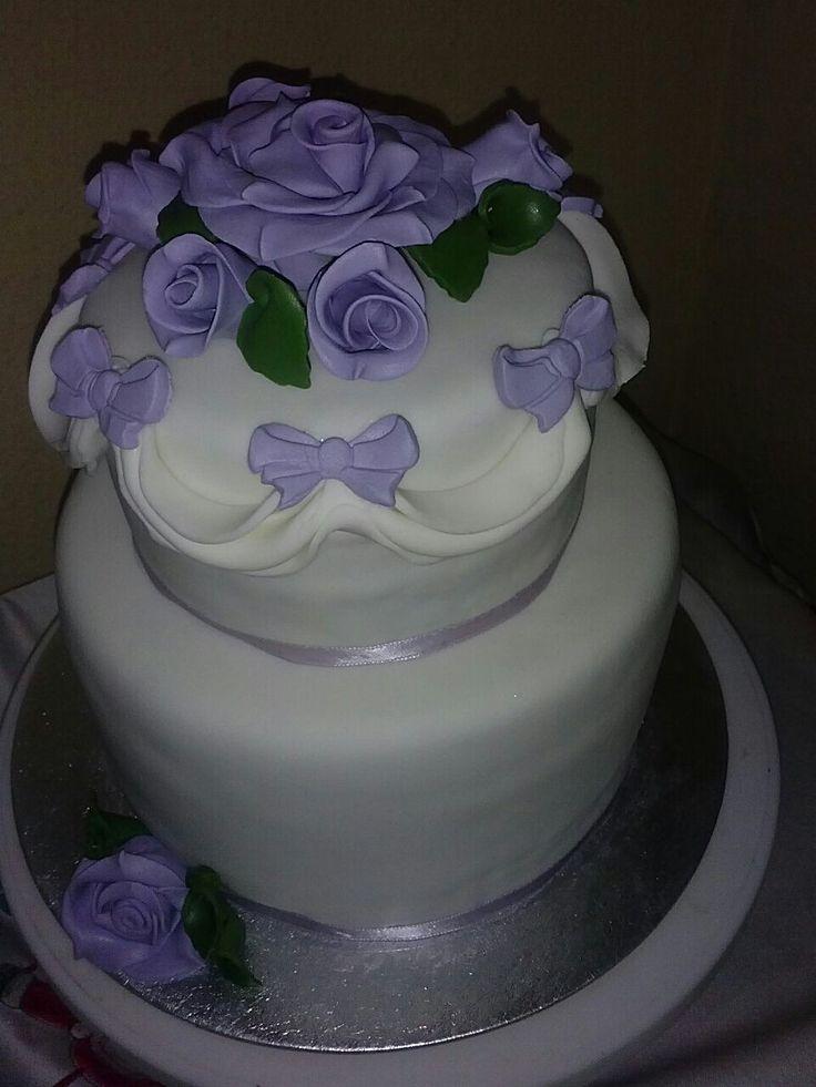 Nos encanta cómo nos quedó esta tarta de boda en tonos blancos y morados. #repostería #bodas #tartas