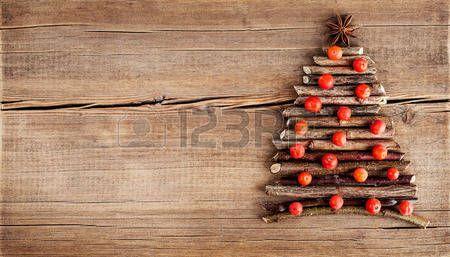 albero inverno: Cartolina di Natale con decorazioni naturali su fondo in legno. Insieme di diverse varietà di oggetti in forma di un albero. Vacanze invernali concept Archivio Fotografico