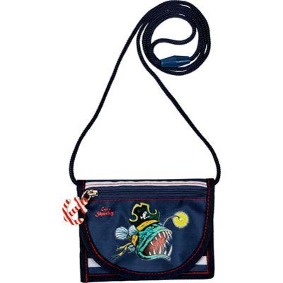 In dem Brustbeutel von Capt´n Sharky sind Deine wichtigsten Schätze sicher verstaut. Taschengeld, Schlüssel, Busfahrkarte und vieles mehr. Bedruckter Brustbeutel mit Klarsichtfach auf der Rückseite.