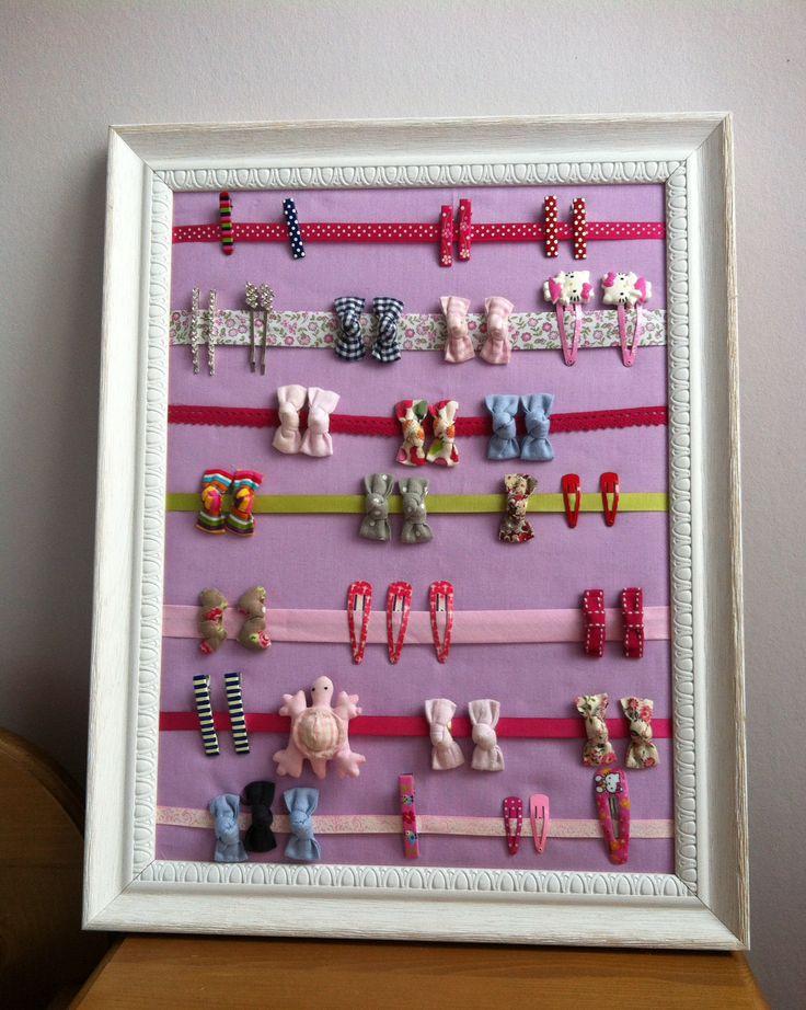 Les barrettes enfin bien rangées et visibles en un coup d'œil pour les petites filles coquettes des mamans pressées! Mille fois merci pour le superbe tuto que j'ai trouvé chez: http://smichkine.canalblog.com/archives/2011/07/09/21572296.html#comments