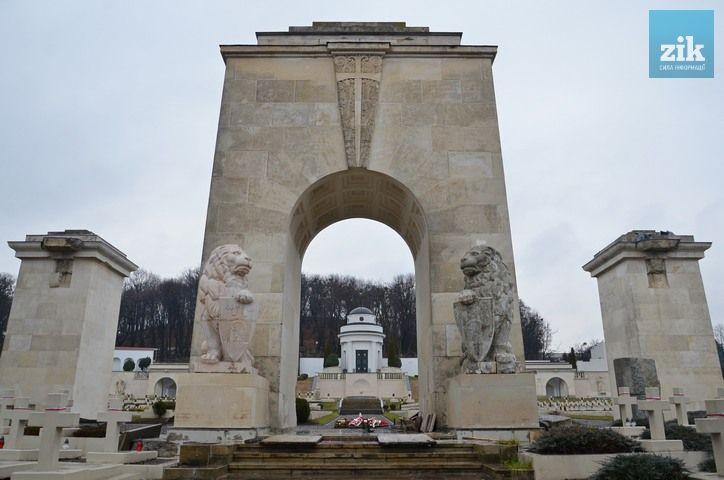 """Lwowski historyk,Andrij Pawłszyn skomentował powrót Lwów na Cmentarz Orląt: """"przeciwko byli wyłacznie urzędnicy-asekuranci, którzy nigdy nie szukali rozwiązań na korzyść społeczności, tylko trzymali się sztywno litery prawa oraz lokalne ksenofoby, którzy przez nieporozumienie nazywają siebie nacjonalistami""""."""