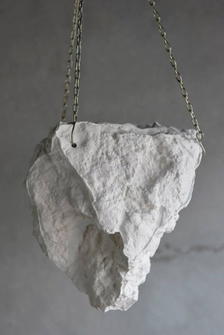 Rocas texturadas de cerámica para plantas o flores decorativas. Esmaltadas por dentro permitiendo un riego moderado.Piezas colgantes o para pared. Recomendadas para interiores luminosos.Medidas aproximadas: 27 cm x 25 cm.