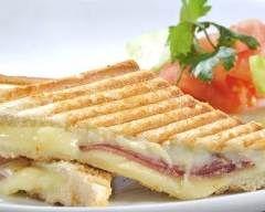 Panini au jambon et quatre fromages : http://www.cuisineaz.com/recettes/panini-au-jambon-et-quatre-fromages-78477.aspx