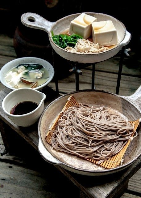 蕎麦 I soba sono spaghetti di colore scuro preparati con grano saraceno. Soba are noodles made from buckwheat flour. Zaru soba sono freddi e servito su piatto in bambu fatto a graticola, chiamato zaru. Si gustano intingendoli nella salsa (tsuyu).  Zaru soba is chilled soba served on a sieve-like bamboo tray called a zaru, serving with dipping soy souce (tsuyu).