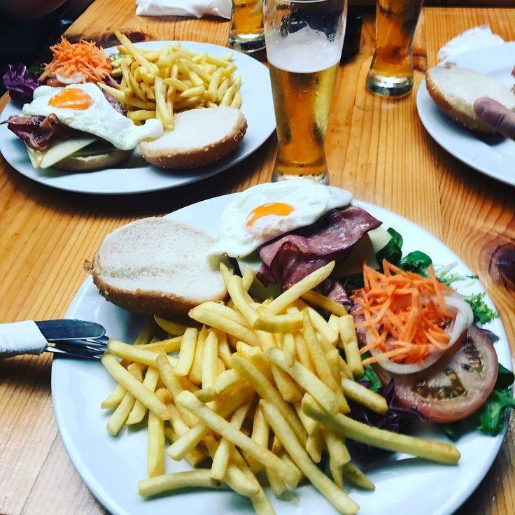 Le #domobreakfast de dimanche dernier  En virée #verybadtrip au sud du #portugal Bien loin des croissants et du café apres 42 heures sans dormir un burger et une bière au petit dej  #sagres #superbock #beerlover #foodlover #pornfood #trip #like #love #twitter