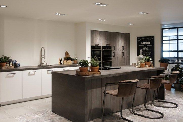 Tientallen keukenopstellingen te bezichtigen in de showroom van Pelma Keukens in Goes.