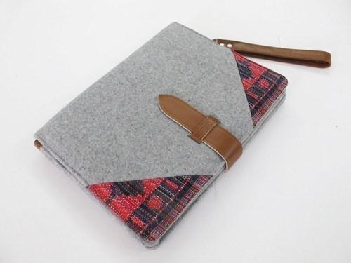 Die handgefertigte Tasche soll zuallererst ein Blickfang sein:    Deshalb vereinen wir hier unterschiedliche Materialien wie Wolle und Leder miteinand