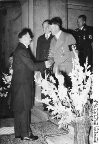 Der Führer begrüßt den zur Besprechung vor dem Hotel Dreesen in Godesberg eintreffenden britischen Ministerpräsidenten Chamberlain. 24.9.38