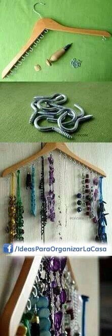Gancho para collares - bisuteria (Wooden clothes hanger and screw-in hooks to hang jewellery from.)