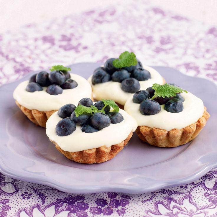 Jättegoda kakor gjorda i mandelformar med god vaniljkrämsfyllning. Formarna ska fyllas precis när man ska servera dem.