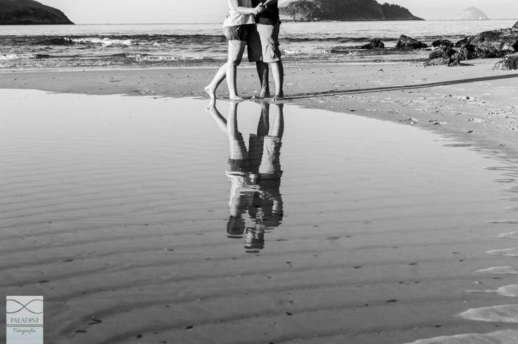 Ensaio pré-wedding na praia de Camboinhas em Niterói. Foto: Paladini Fotografia