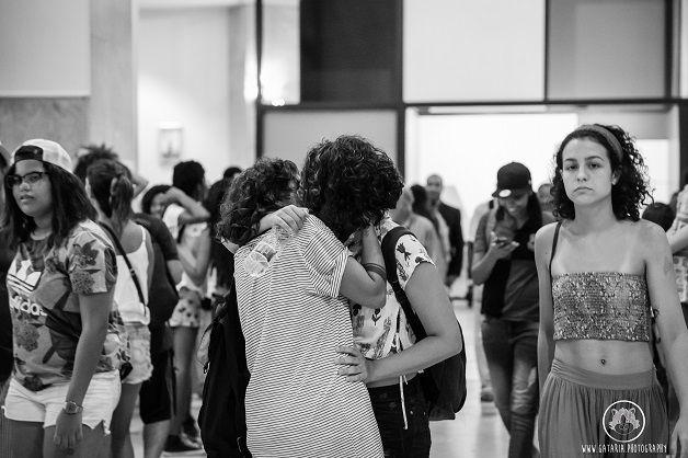 """Assim que o relógio bateu a marca das seis da tarde no Rio de Janeiro, uma chuva de balões roxos tomou conta do átrio da filial carioca do Centro Cultural Banco do Brasil. Presos a eles, bilhetes com informações sobre a luta LGBT no Brasil. Era o início da ocupação que """"lesbianizou"""" o prédio centenário, uma reação ao episódio..."""