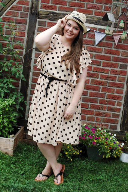 Punkte-Kleid Rüschen Sommer beige schwarz Strohhut Panamahut | beige neutral black polka dot dress ruffles hat | Plus Size Fashion Outfit Curvy Blogger Style