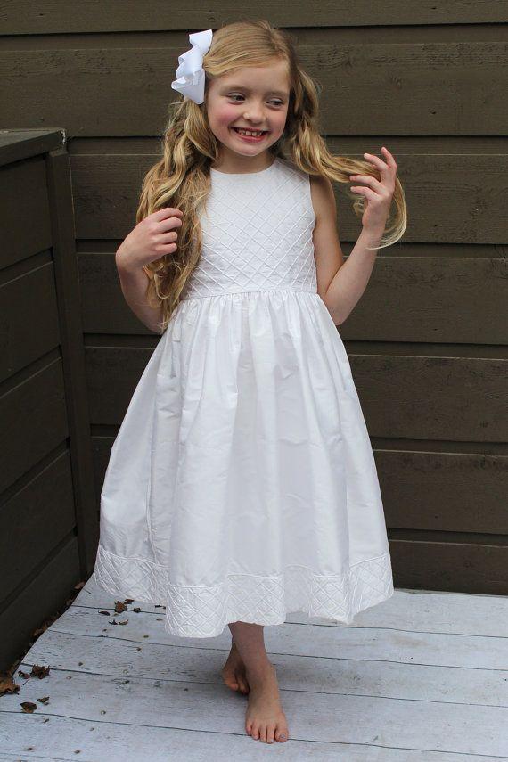 LuLu ist ein 100 % Dupionseide mit voll polig versteckt Mieder und Saum. Das Diamant-Muster für dieses Kleid verbessert das Aussehen der klassischen Erbstück mit einem verspielten Muster für Ihre kleine Prinzessin! LuLu macht eine große Blumenmädchen oder Erstkommunion Kleid.  Strasburg Kinder ist Dressing Kinder schon seit Jahrzehnten in 100 % Dupionseide und Baumwolle Hand smocked und bestickte Erbstück Kleider, Schuhe und andere Accessoires für Mädchen. Wie alle Strasburg Kinder Kleider…