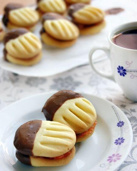 Chystáte sa piecť maslové sušienky? Ak hľadáte nejakú inšpiráciu v podobe receptu, možno sa vám zapáči práve tento. Je takmer bezpracnýa naozaj jednoduchý a rýchly , takže si zavolajte na pomoc aj tíchnajmenších maškrtníkov. Podávať ich môžete k čaju alebo ku káve a chutia naozaj fantasticky . Vyskúšate? Budete potrebovať: 110 gramov masla izbovej teploty 150 gramov kukuričného škrobu 150