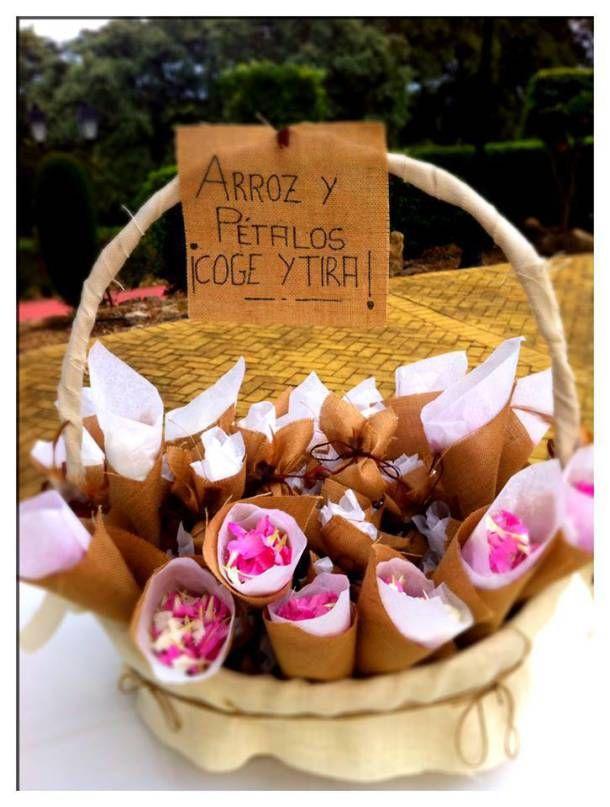 Conos de boda en arpillera para pétalos de flores. Una de nuestras kiteras, en un alarde de creatividad, ha reinventado los hatillos de arpillera y los ha convertido en estos bonitos y elegantes conos para pétalos de flores. Gracias Isabel.