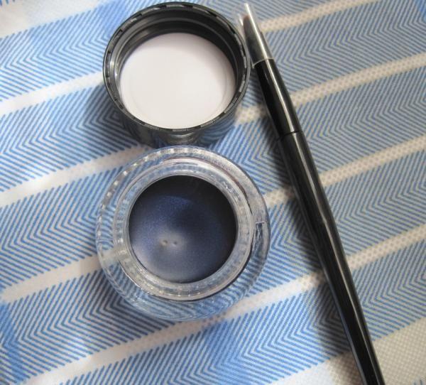 Como fazer delineador em gel caseiro. O delineador em gel é um produto de eleição para meninas que amam maquiagem de olhos. Com a ajuda de um pincel chanfrado, a fórmula em gel facilita o desenho do delineado gatinho e mantem o pigmento n...