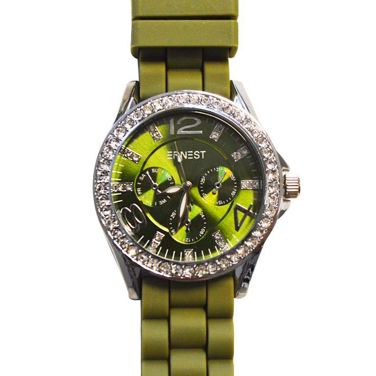 Dit gave groene horloge met kristalletjes is een plaatje! Chique of casual, dit horloge past overal bij. Het klokje zelf heeft een groene achtergrond met hierop zilverkleurige cijfers. Hier en daar zitten er kristalletjes op het uurwerk en in het zilverkleurige frame rondom zitten kristalletjes. De groene band van dit Crystal Horloge is stevig en heeft een opvallende schakel.