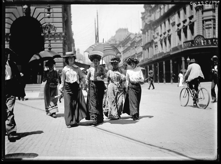 George St, Sydney 1900. Amateur photographer, Frederick Power, had a hidden detective camera in his bag which meant he got shots of everyday life of early Sydney.