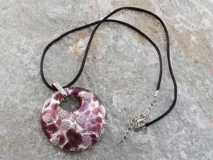 Collana pendente in vetro di Murano a piastra di forma rotonda e bombata con sfumature di vineccia e argento con murrine bianche Il cordino è in alcantara