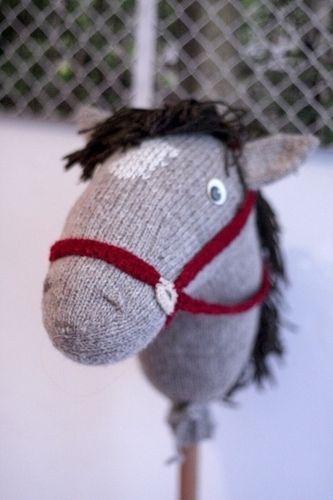 Für das Steckenpferd habe ich einfach eine große Socke gestrickt. Ohren, Augen, Haare und Halfter angebracht, ausstopfen mit Stopfwolle u...