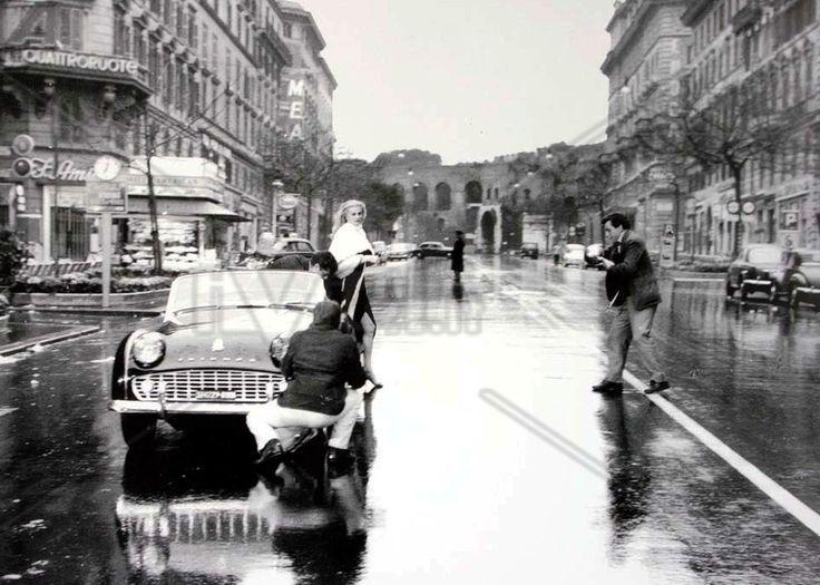 La Dolce Vita di Federico Fellini (1960). Triumph TR3A. #movieandcars #cinema #cars luxury #elegance #Triumph #TriumphTR3A #federicofellini #marcellomastroianni #anitaekberg #ladolcevita #jointheforcarmotor