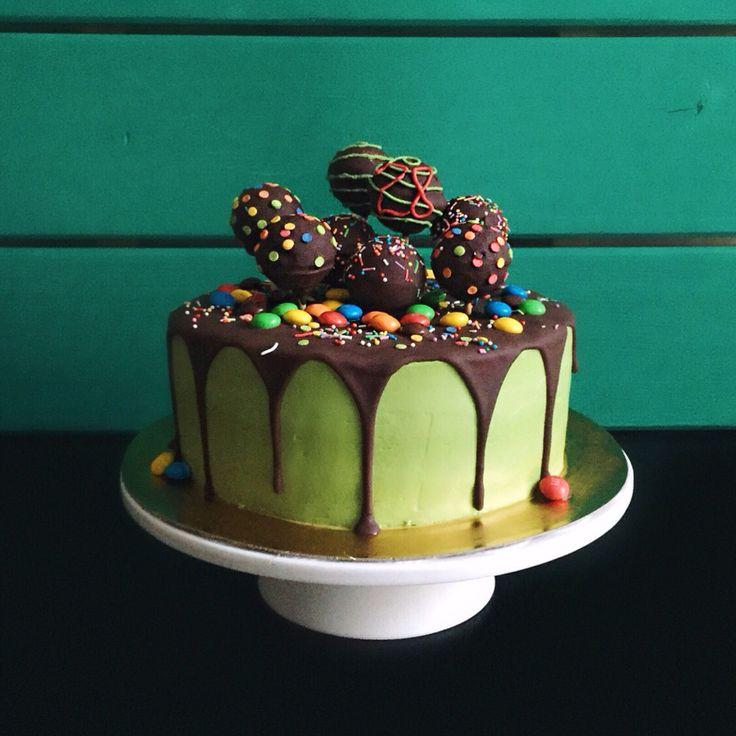 """Ароматный шоколадный бисквит с карамелью, кокосовая начинка - """"Баунти"""", нежный сливочно-сырный крем, шоколадная глазурь, кейкпопсы и M&M's для украшения. Автор instagram.com/cake_withlove"""