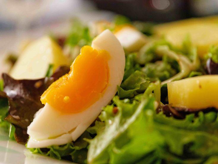 Le più recenti scoperte scientifiche in fatto di alimentazione ribaltano molte delle regole a cui eravamo abituati, primo tra tutti che il colesterolo contenuto nei cibi sia pericoloso. Gli aggiornamenti Usa riabilitano uova e gamberetti.