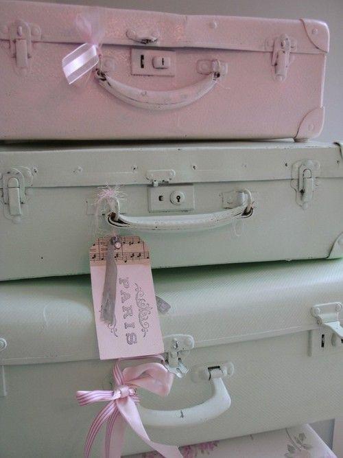 Oude koffers schilderen in pastelkleuren. Brocantestijl.