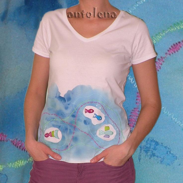 """rybníček Originální ručně malované tričko s obrácenou aplikací (efektními prostřihy a strojovou výšivkou). Tričko má výstřih do """"V"""" a je malováno velmi kvalitními textilními barvami. Hlavním motivem jsou ryby vytvořené z PET plastu, ručně našité do aplikace. materiál: 100% bavlna (160g/m2) velikost: S (délka: 60cm, šíře-prsa: 43cm, šíře-boky: 45cm) údržba: ..."""