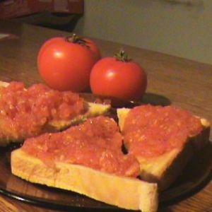 Bruschete cu Rosii  Ingrediente:   3 rosii mari si coapte   2 catei de usturoi   sare, busuioc, patrunjel, piper   4 felii patrate de paine