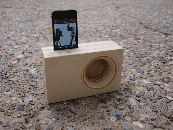 DOCK Box - Acoustic iPhone Amplifier by Index Drums op Etsy, 38,30 € The dock acts as a loudspeaker horn.