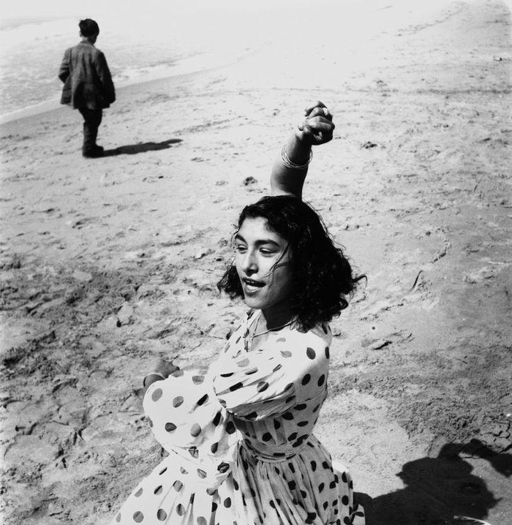 Lucien Clergue, Draga en robe à pois, Les Saintes-Maries-de-la-Mer, 1957 ; tirage moderne argentique ; 60 x 50 cm © Atelier Lucien Clergue