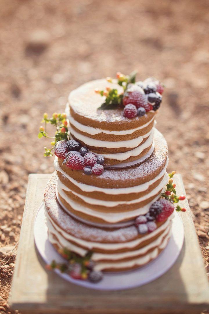 ネイキッドケーキに飾るフルーツはぜひ吟味して。半分にスライスして断面をポイントにしたイチジクや房ごとのブドウなど、目新しいフルーツ使いをすれば、より個性的でおしゃれな仕上がりに♪